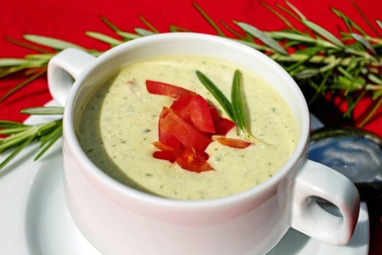 Un cuenco con sopa y tomates en rodajas, ideal para una dieta de sopa