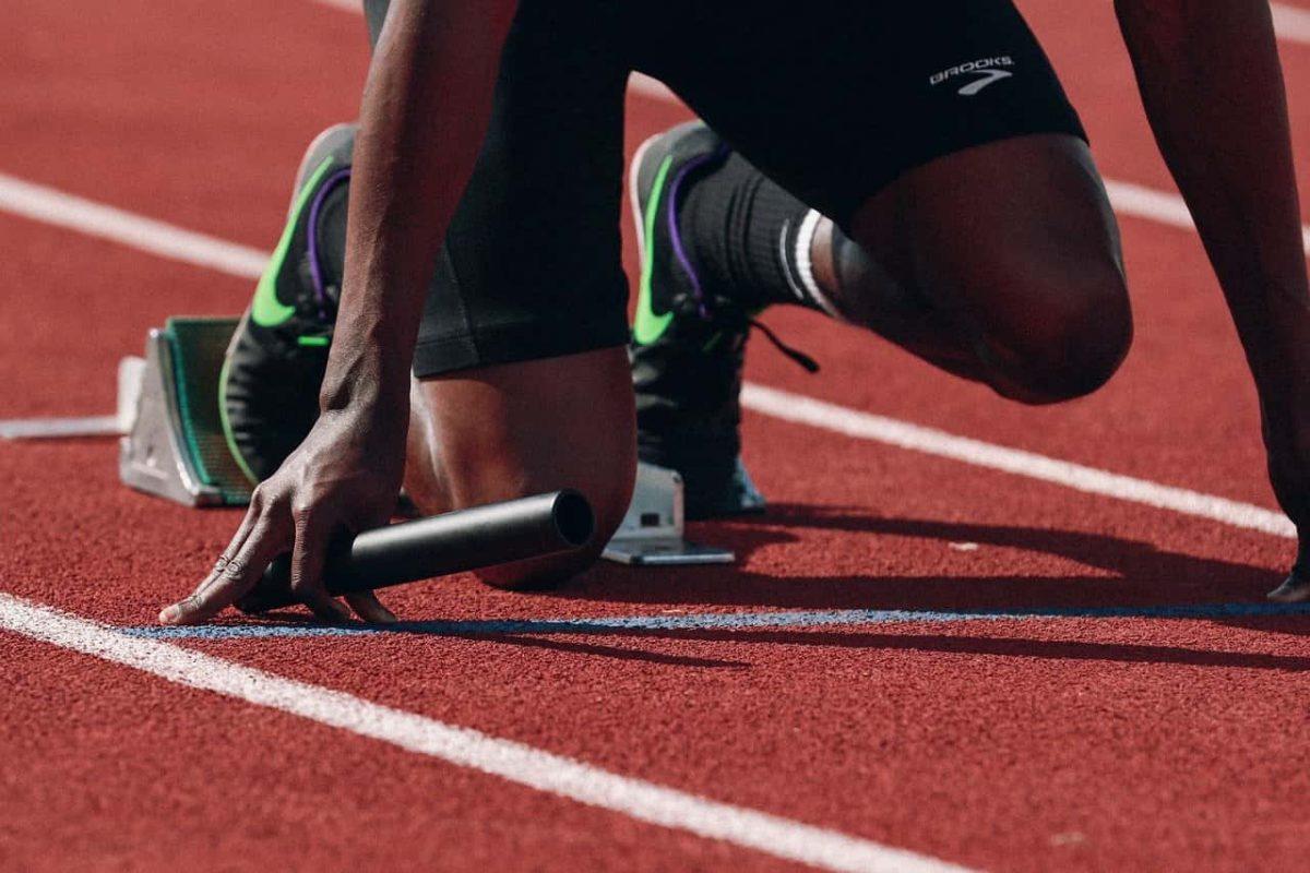 un corredor de relevos en la posición de salida que será ayudado por magnesio durante su carrera