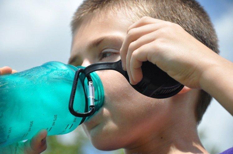 niño bebiendo agua, una de las bebidas del esfuerzo por excelencia
