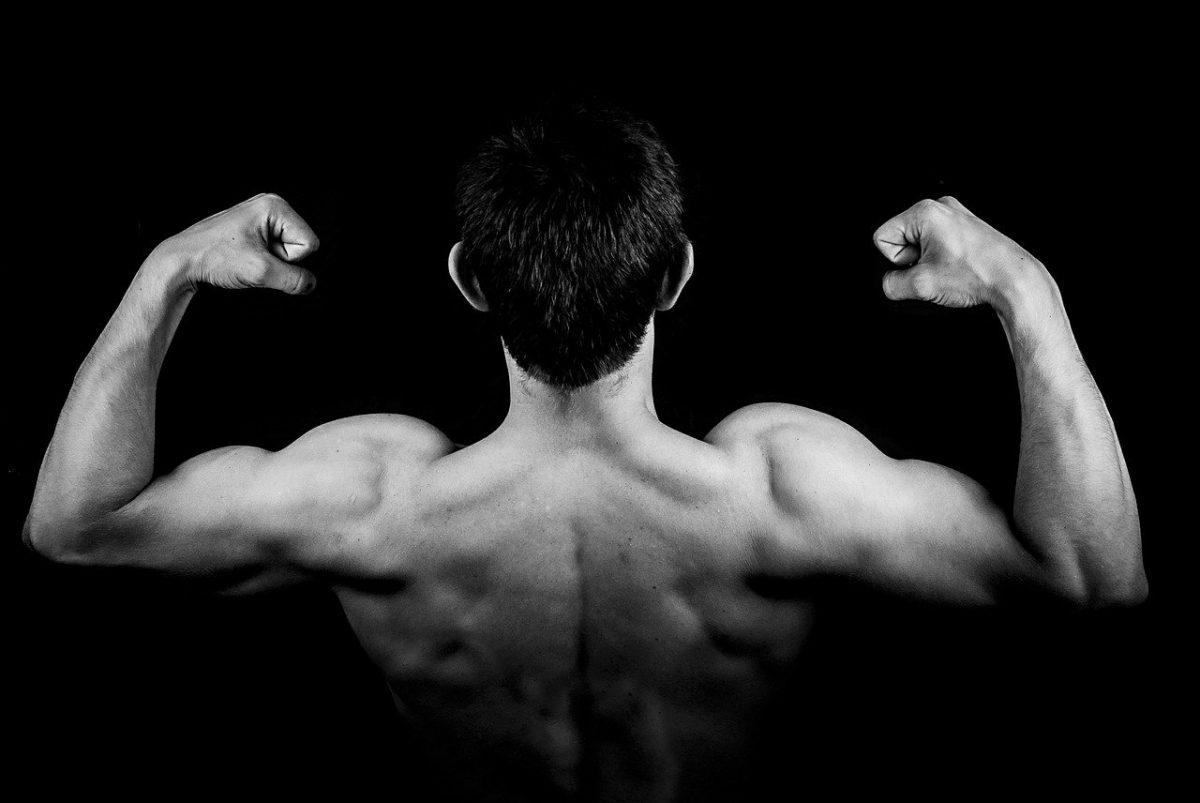 Hombre mostrando sus músculos esculpidos después de una dieta seca