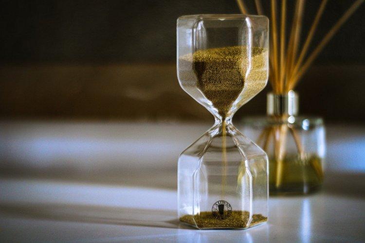 un reloj de arena con arena marrón, ideal para medir el tiempo que tarda la dieta seca