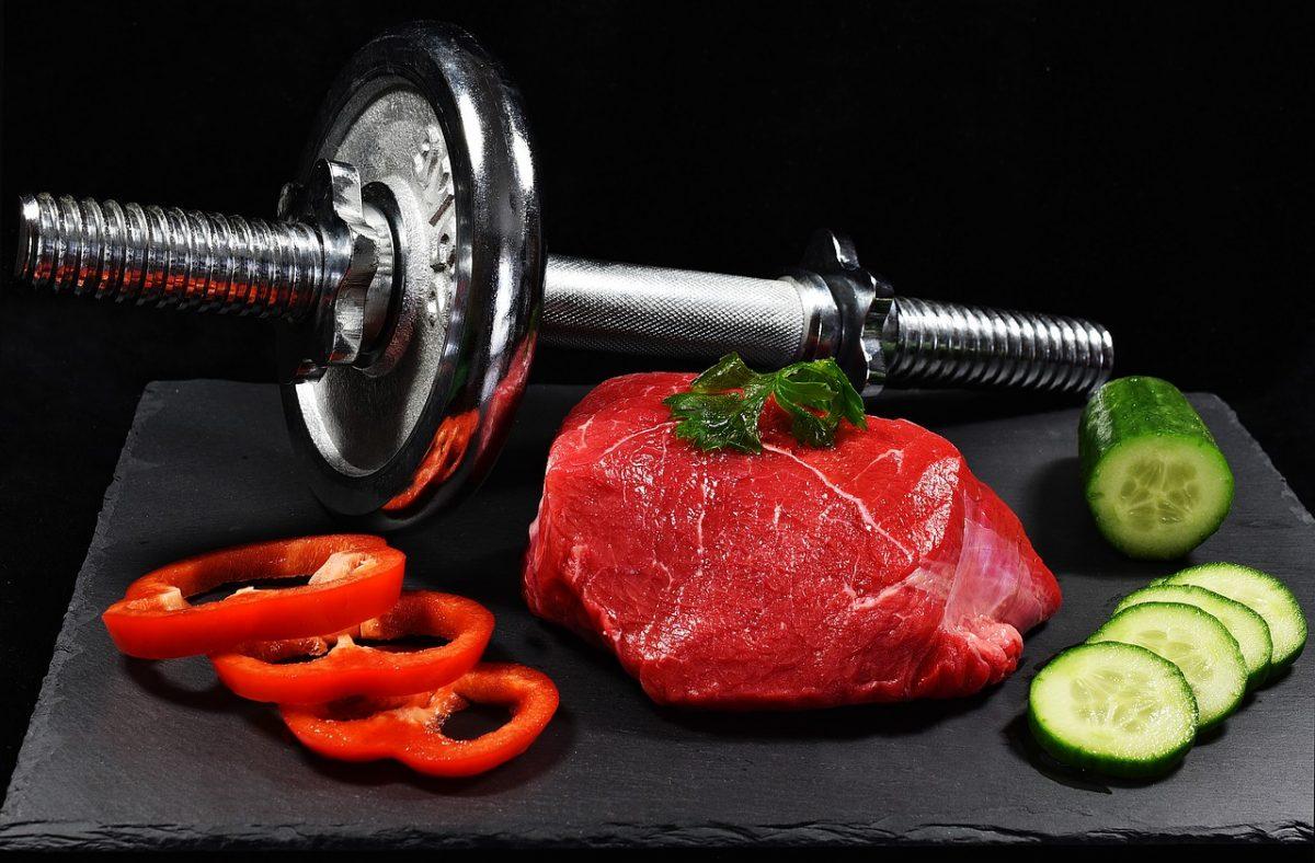 Imagen de un trozo de carne roja, imprescindible en una dieta para ganar masa